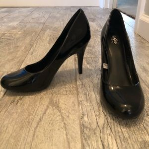 Black shiny pumps by Mossimo